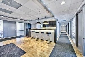 kjøkken og barkrakker i kontorhotell
