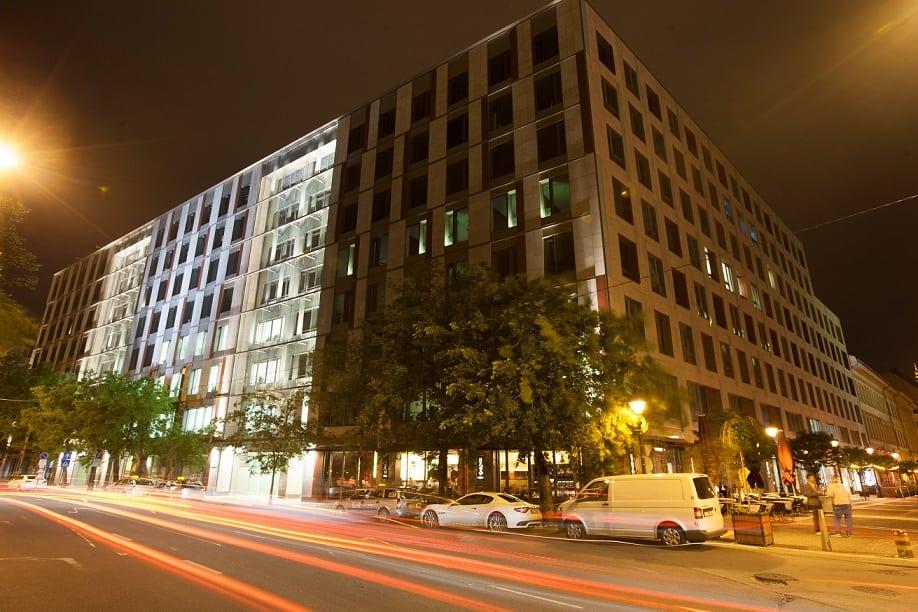 A Roosevelt irodaház este