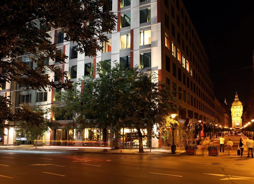A Roosevelt irodaház éjjeli fényekben